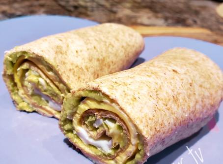 Рулет из тортилы с авокадно-яичной начинкой (5 минут)