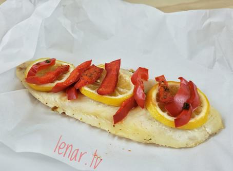 Рыба с лимоном и сладким перцем, замеченная в пергаменте