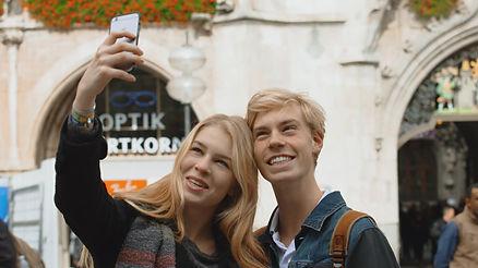 Zwei Damen machen zusammen ein Selfie in der gleichnamigen Fernsehsendung welche von isar film produziert wurde
