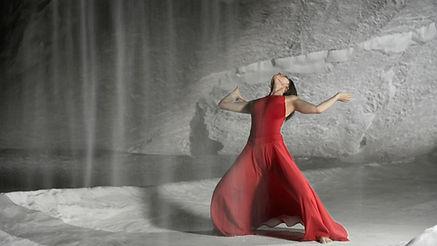 Lia Fasoulaki tanzt in der Schweizer Salz Saline für den ARD Beitrag Chronos