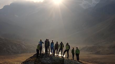 Panoramaaufnahme der Leitung des Deutschen Alpen Vereines während den Dreharbeiten der Fernsehsendung Von Höhen und Tiefen in den Alpen