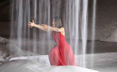 Lia Fasoulaki tanzt in den Schweizer Salinen für den ARD Beitrag Chronos