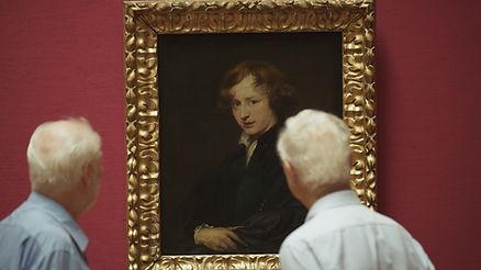 Zwei Herren betrachten ein Gemälde zu sehen in der von isar film produzierten Fernsehsendung #Selfie