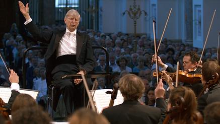 Herbert Blomstedt dirigiert ein Konzert während den Dreharbeiten der Fernsehsendung Blomstedt Bamberg Bruckner des isar film Teams