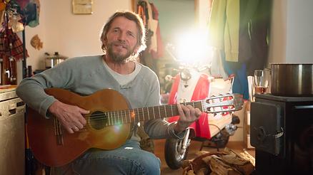 Hans Soellner Söllner spielt Gitarre im interview für Doku