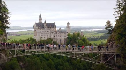Aussen Aufnahme des in den Bergen liegenden Schloss Neuschwanstein für die gleichnamige Fernsehsendung die von isar film produziert wurde