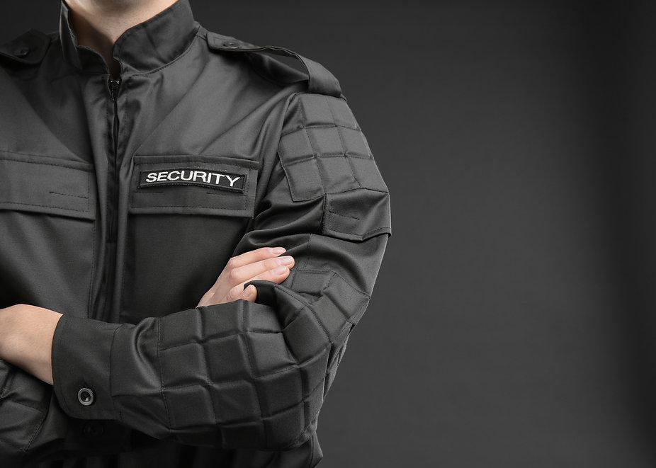 Vigilante in servizio con uniforme Secur Management specializzato nella fornitura di servizi di vigilanza e sistemi di sicurezza a Latina