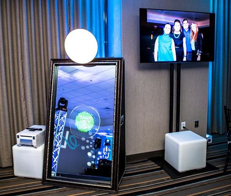 Mirror-Me-Booth-Aluminum-Photo-Booth.jpg