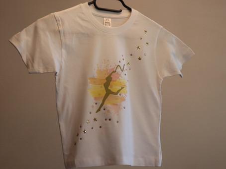 Comment customiser un T-shirt avec un transfert et des strass ?