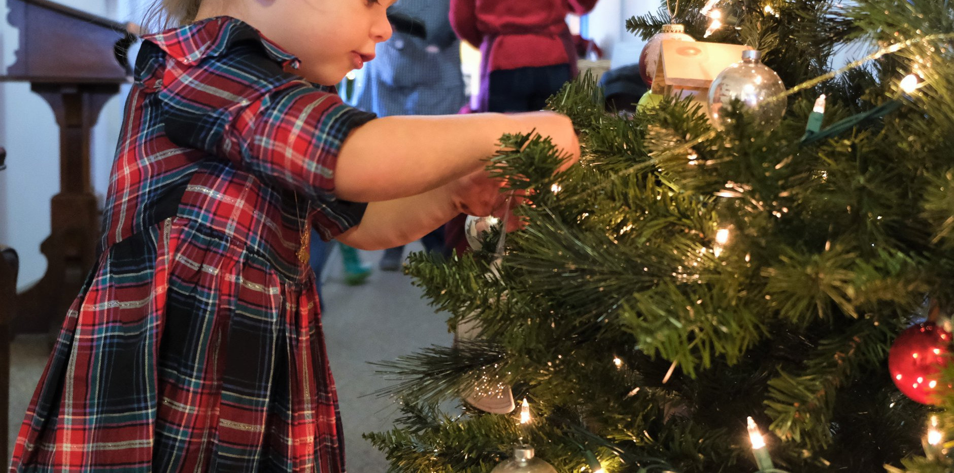 ChristmasattheBrook2019-girl_decorating_
