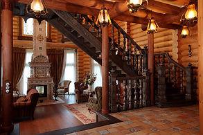 Интерьер деревянного дома в русском стиле с камином
