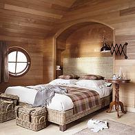 Спальня в стиле кантри в деревянном доме