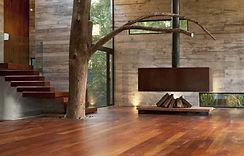 Комната в деревянном доме с современным камином