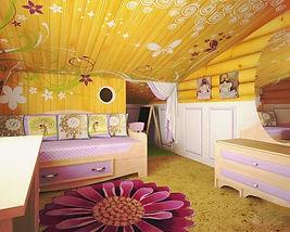 Детская комната в ярких красках в деревянном доме.