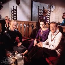 Cortina, people sitting in wine bar