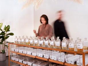 frau-tonis-parfum-workshopraum_exklusiv.