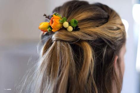 Fleurs naturelles dans les cheveux