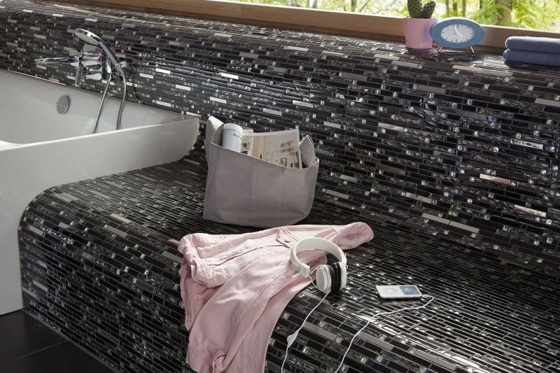 Mozaik ploščice obložene kopalniško pohištvo.