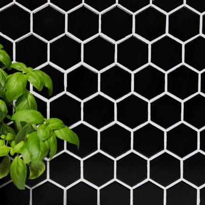 Črne mozaik ploščice na mreži.