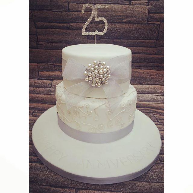 #silverweddinganniversary #silveranniversarycake #25yearsmarried #silver #cake #newcastlecakedecorat