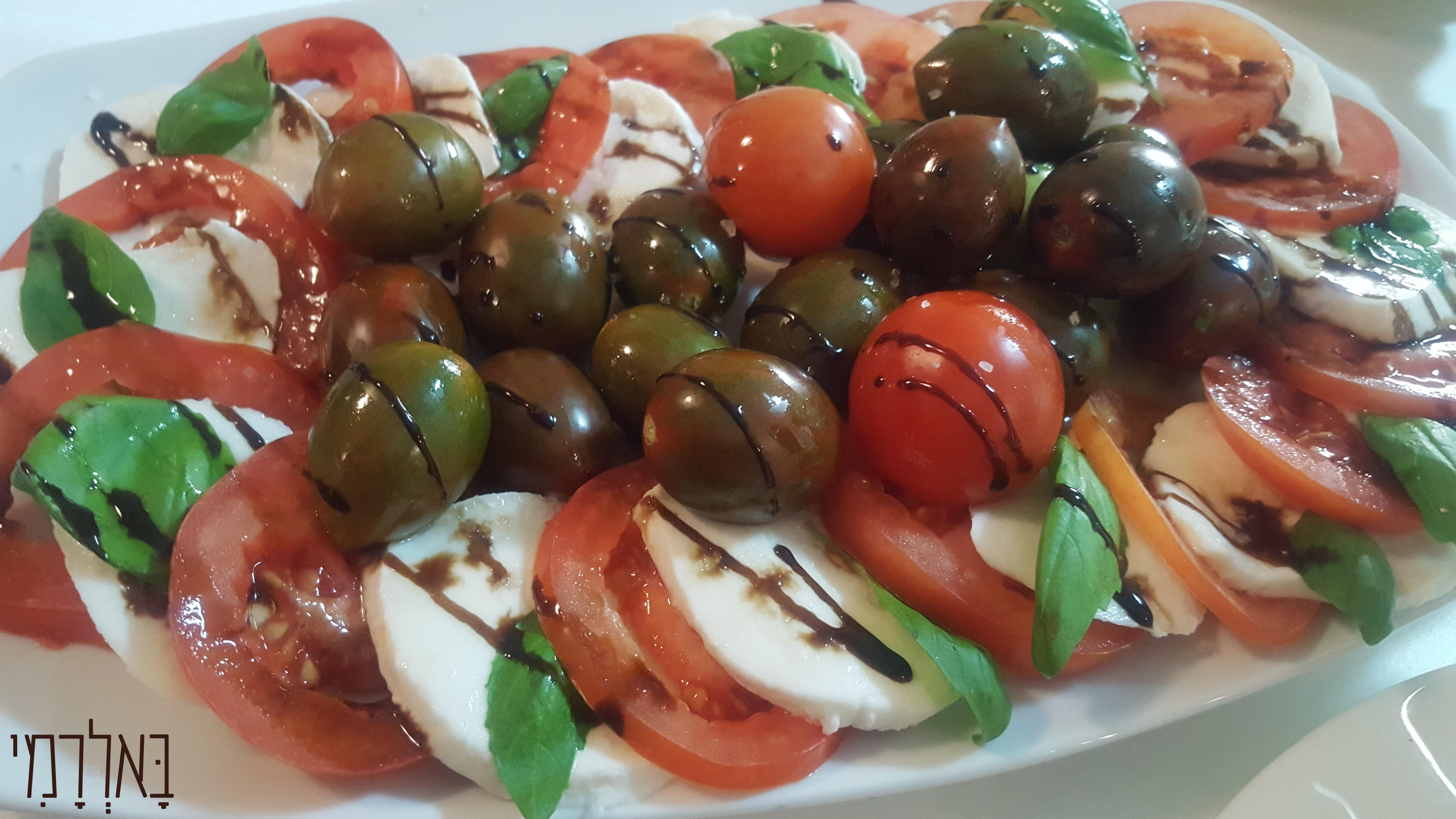 קפרזה מוצרלה ומבחר עגבניות