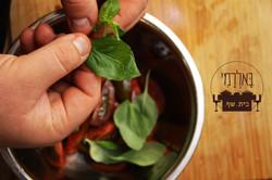 סלט עגבניות איטלקי קלאסי בהכנה