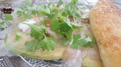 קרפצ'יו דג ים על קרפצ'י אבוקדו עם נגיעות יוגורט  ופוקצ'ה