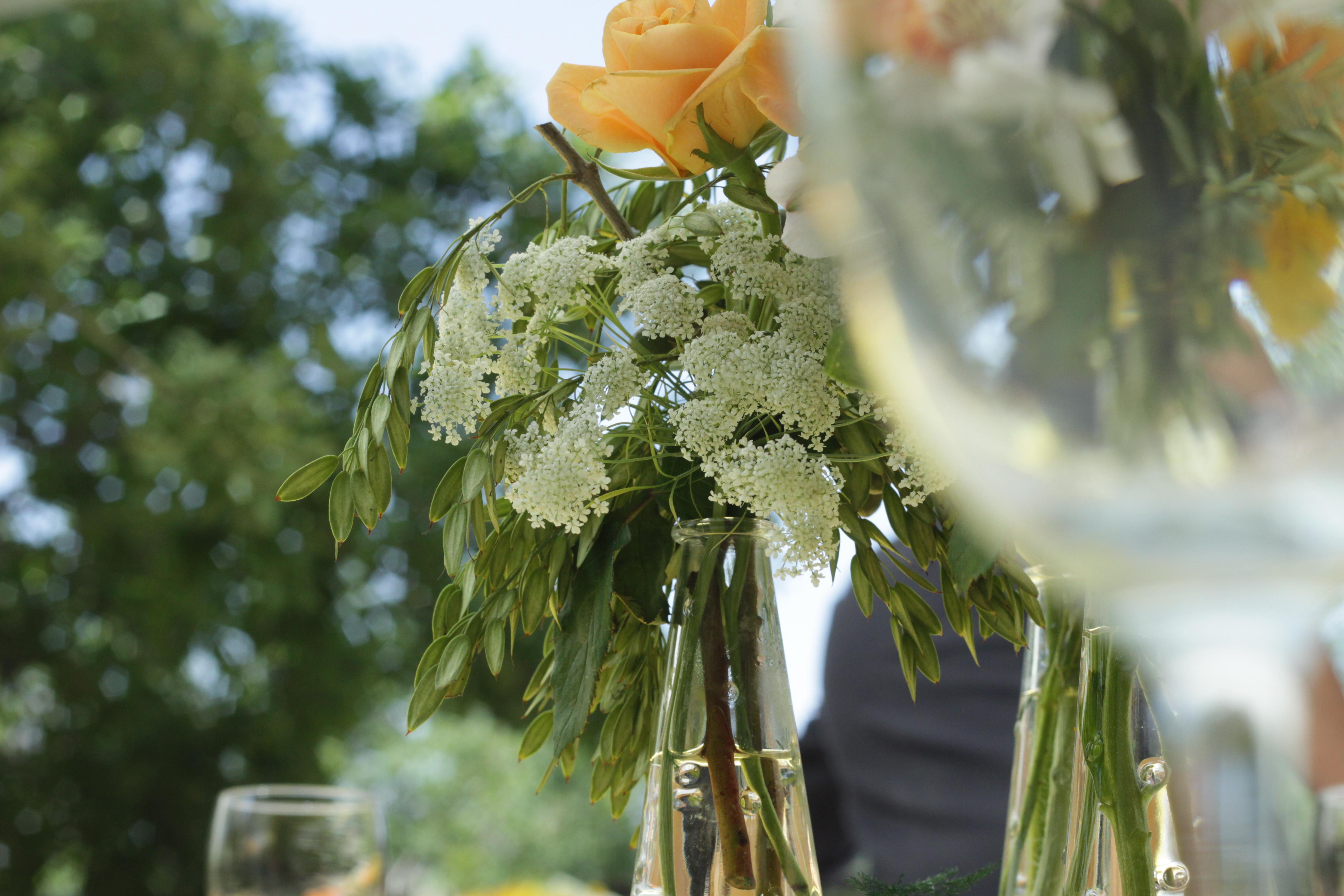 עיצוב פרחים במרכז שולחן