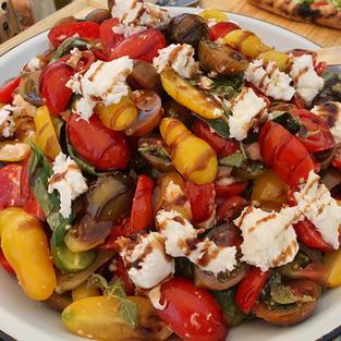 סלט קפרזה איטלקי, שרי צבעונית, קרעי מוצרלה, בזיליקום טרי ובלסמי מצומצם
