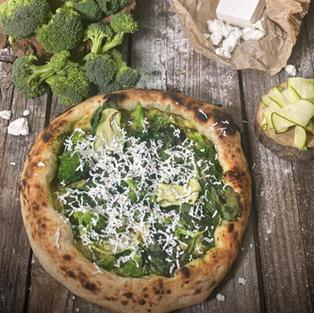 פיצה ירוקה פסטו, מיקס גבינות, ברוקולי, קישוא וגבינת פטה