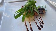 סטייק פרגית מוגש עם פירה ובצל ירוק