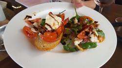 ברוסקטה קפרזה - עגבניות שר, מוצרלה ובלסמי