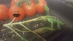 עגבניות שרי ומרווה צרובים על הפלנצ'ה