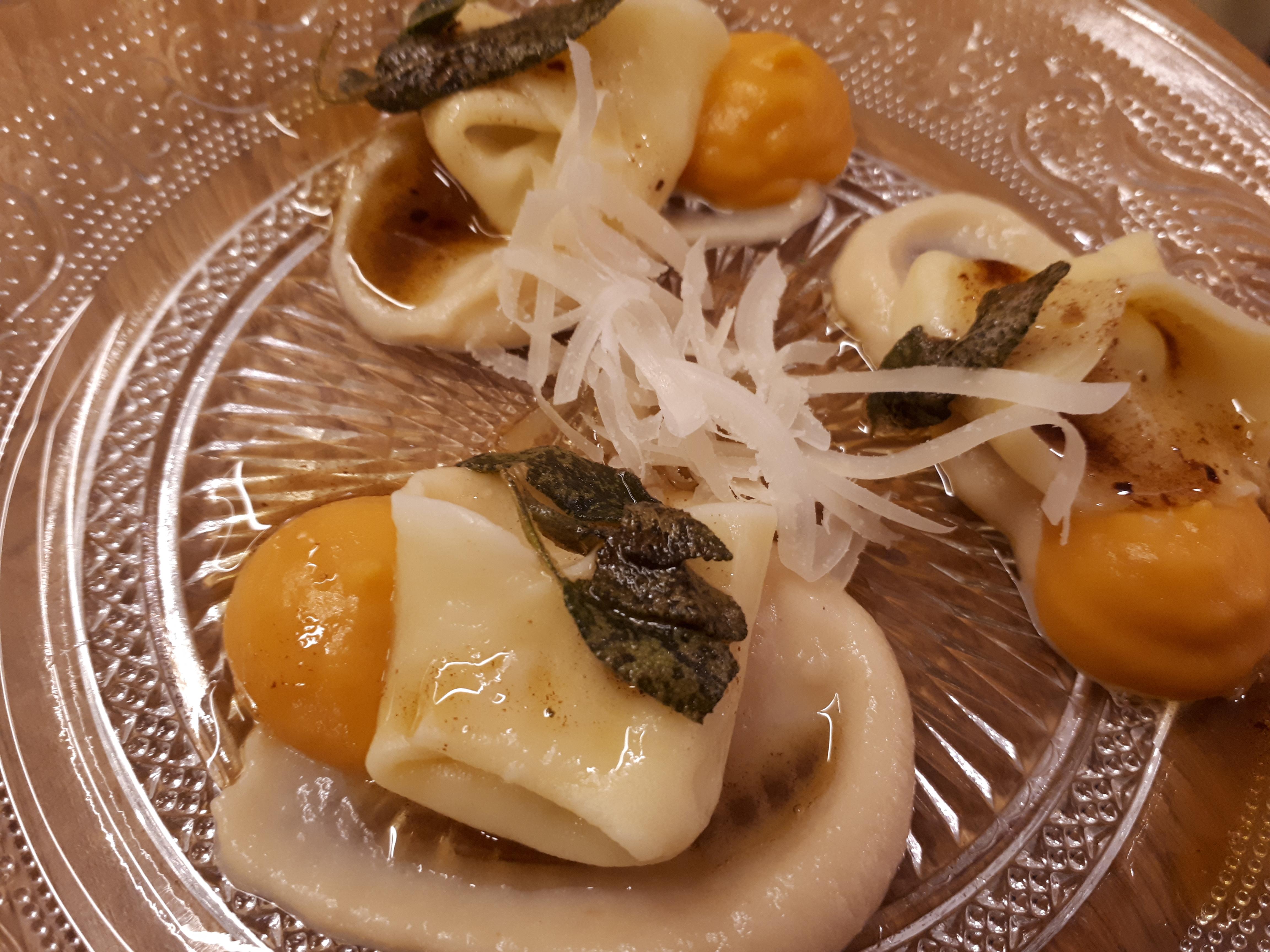 טורטליני גבינות ברוטב חמאה על קרם בטטה בליווי פרמז'ן