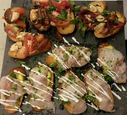 ברוסקטה סביצ'ה דג ואבוקדו וברוסקטה קפרזה - עגבניות ומוצרלה