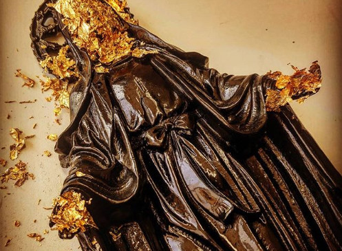 Gold leaf flakes is used for 3d surfaces