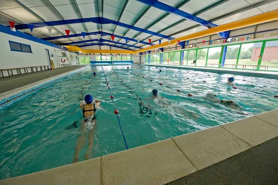 學校體育館內的室內泳池
