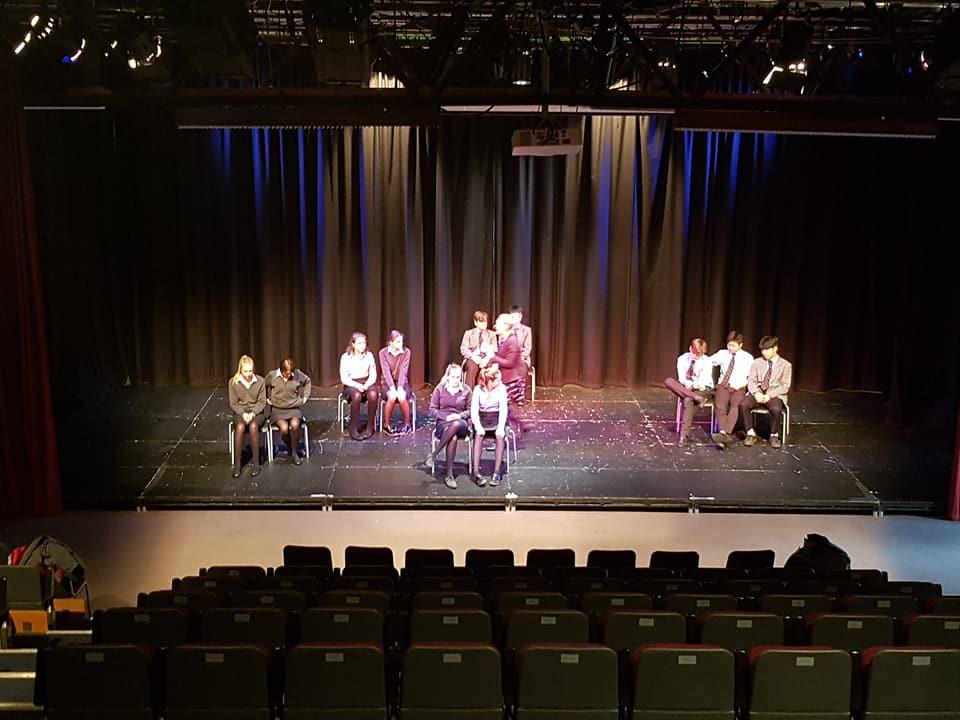 學校的劇院,學生正在排練中