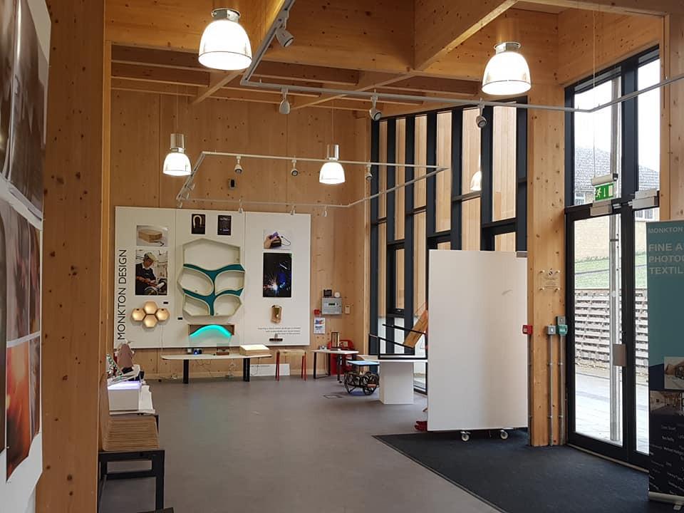 美術室前面的門廊