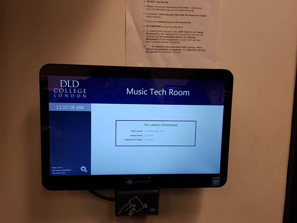 每間課室內均設有電子點名板, 學生如缺席兩課,學校會知會家長或監護人