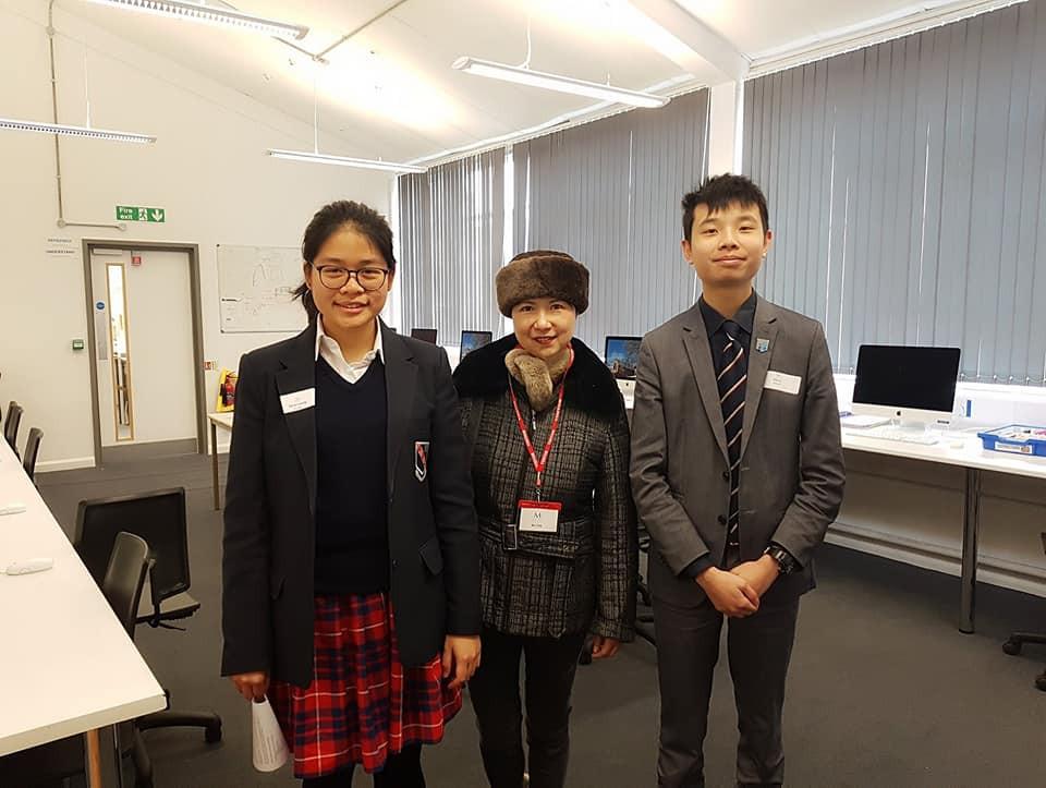 我的校園小導遊, 來自香港的Karen 和上海的Eric.
