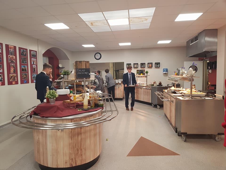 學校提供三餐美食,食物飲品種類繁多,像置身渡假村