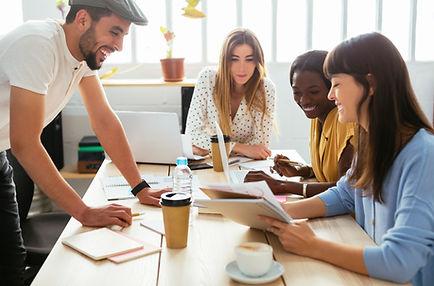 Austausch auf Augenhoehe - beim Mastermind_Kollegen arbeiten zusammen