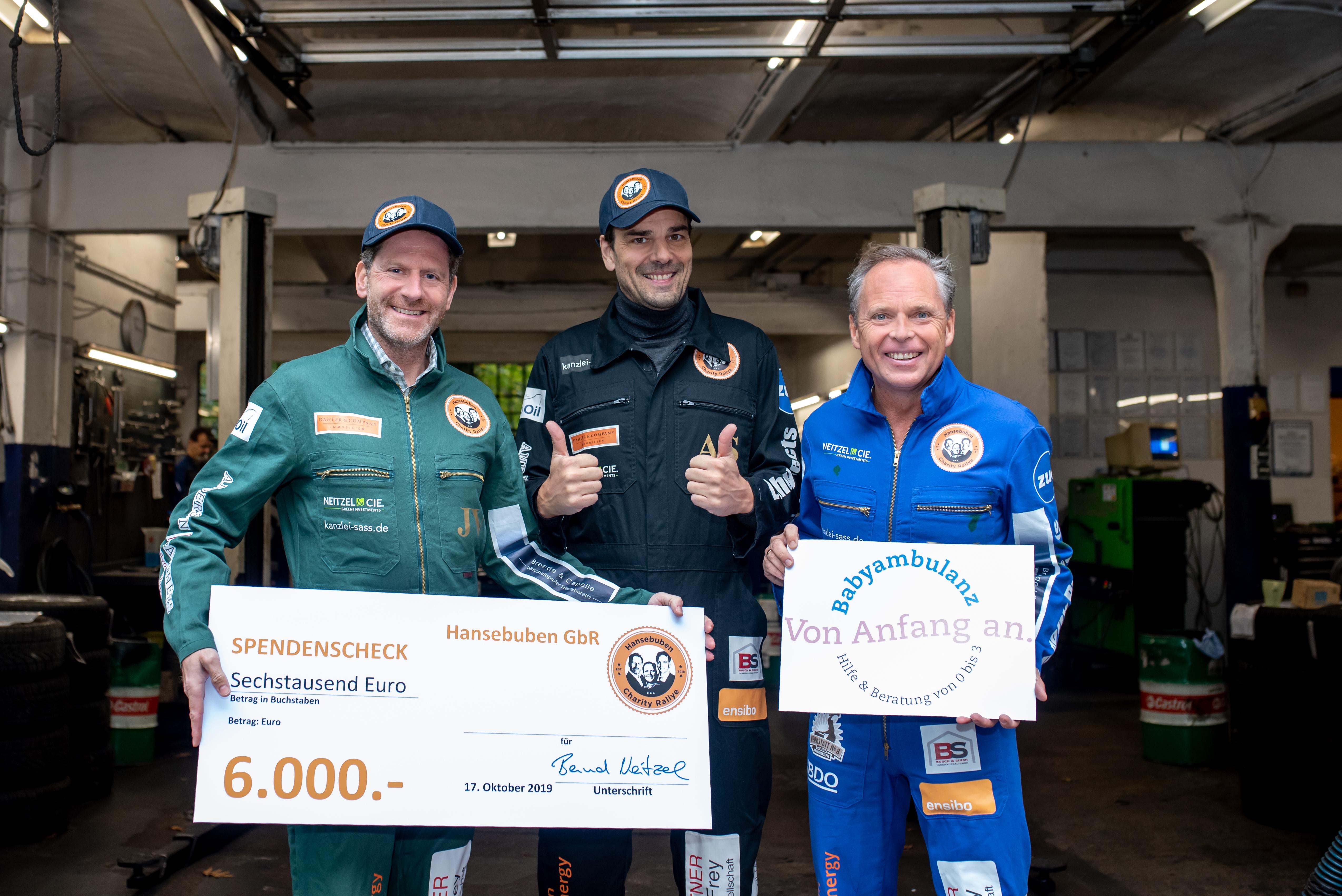 Mit Spendenscheck in Höhe von 6.000 Euro lässt sich's strahlen