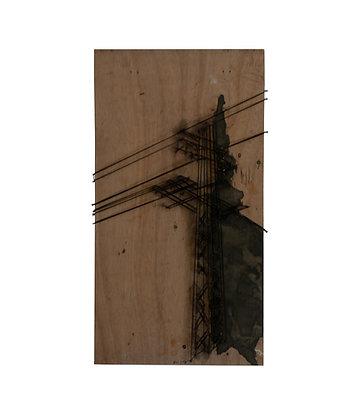 תמונה של עמוד חשמל מחוטים , בטון ומסמרים על עץ