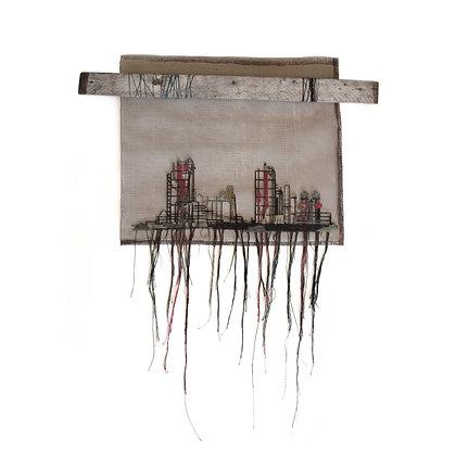 יצירת אמנות בטכניקה מעורבת של רקמה ידנית על רשת טייחים, נתון בעץ מטופל שנאסף ברחוב