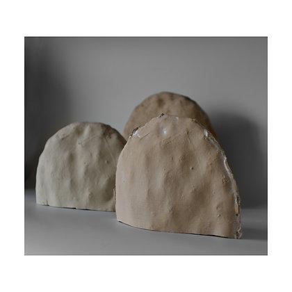 שלושה פסלי צבר מחומר קרמי במבט קדמי