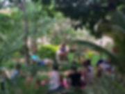 Detalhe das aulas ao ar livre sobre Yoga Contemporâneo