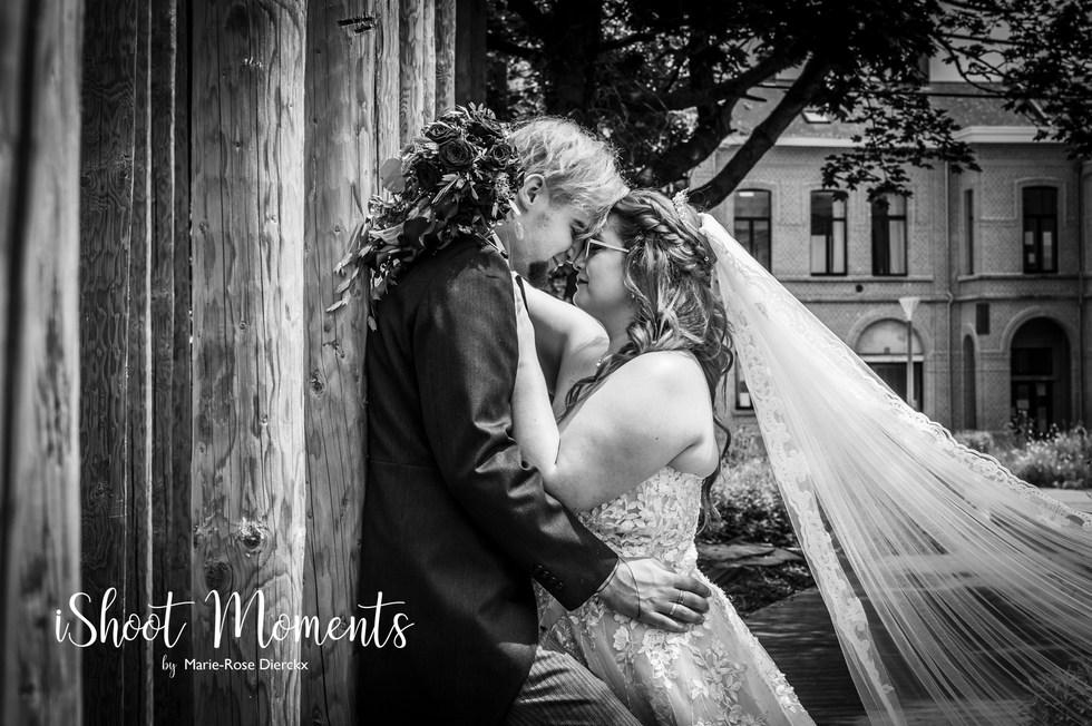 Huwelijksfotoshoot op locatie met bruid en bruidegom door iShoot Moments