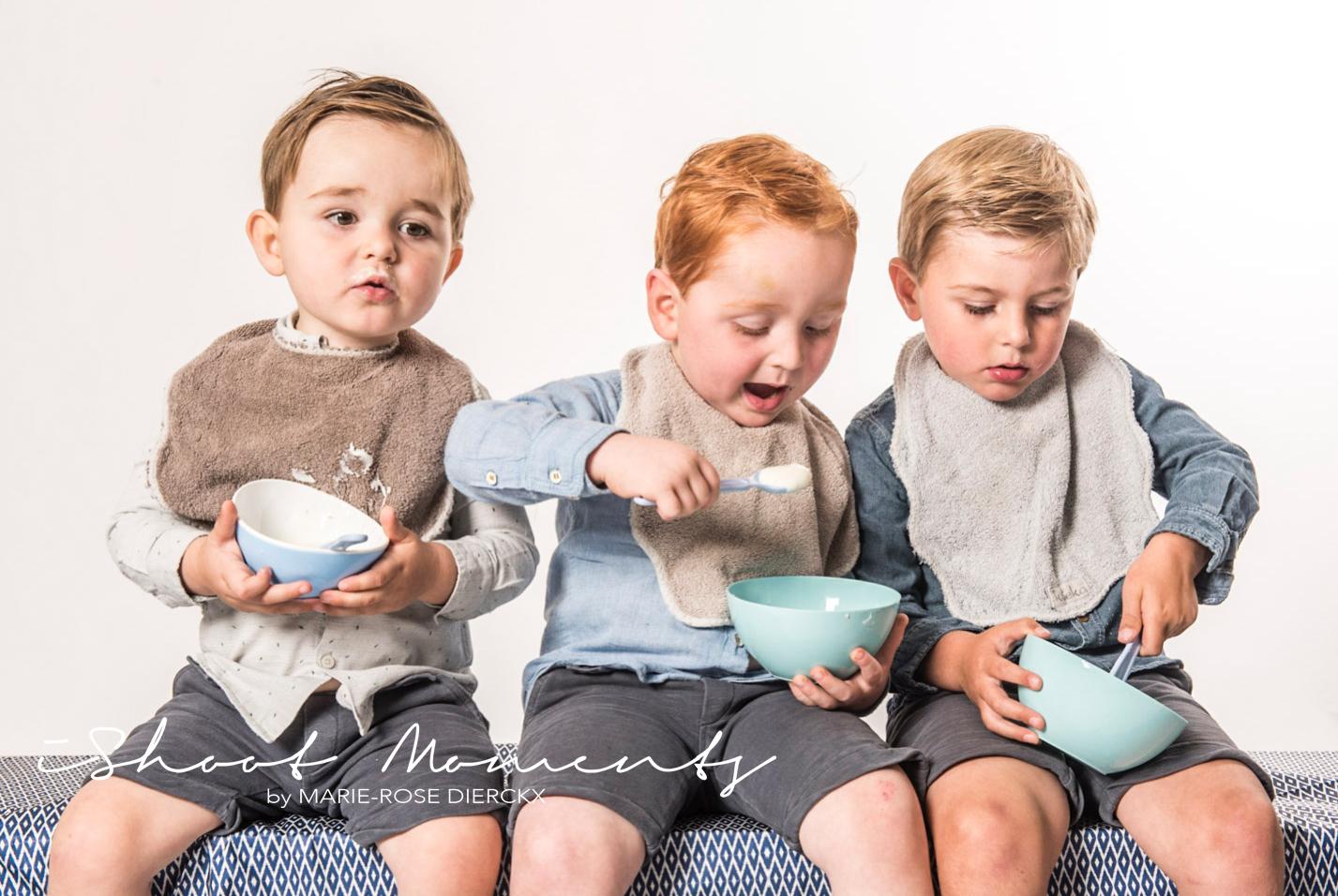 jongens eten yoghourt